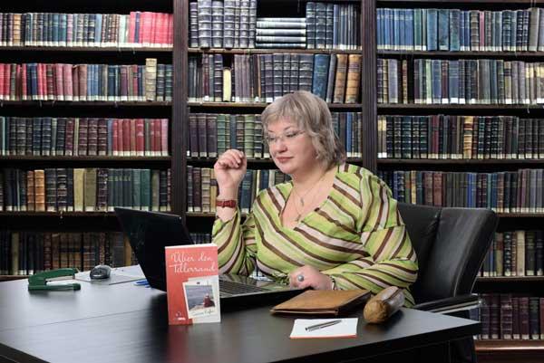 Autorin Gudrun Riefer am Schreibtisch - Schreiben für die Resilienz